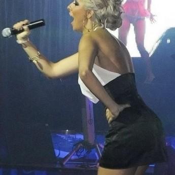 Speváčka blondínka