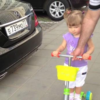 Šikovné ruske 2 ročné dievčatko pozná mená všetkých áut