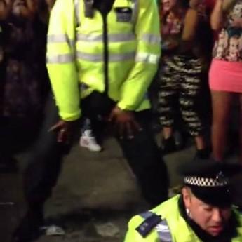 Policajti sa nudia