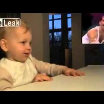 Chlapec fičí na Freddiem Mercurym