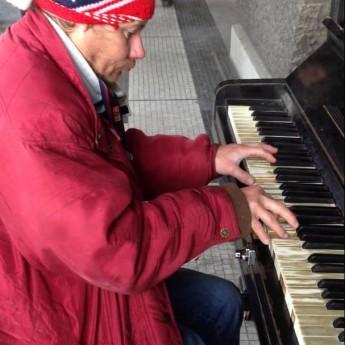Pražský bezdomovec zahral na klavíri ako pán