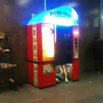 Sex ve fotokabince pražského metra