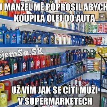 Žena kupuje olej do auta