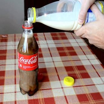 Toto sa stane, keď prileješ mlieko do Coca Coly
