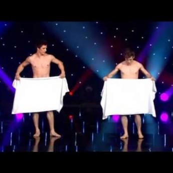 Dvaja nahí mladíci s uterákmi