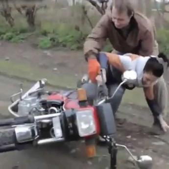 Otec učí dcéru jazdiť na motorke