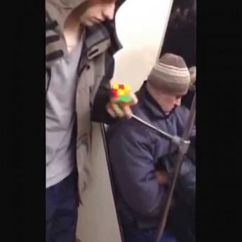 Rubikova kocka poskladaná jednou rukou v metre
